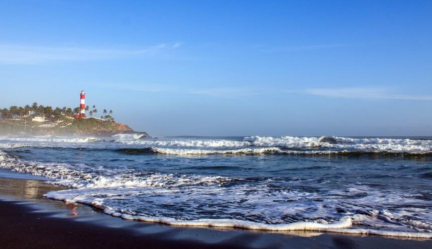 Lighthouse Beach von Kovalam in Indien ist auf Grund seiner Wellen und gefährlichen Strömungen berüchtigt