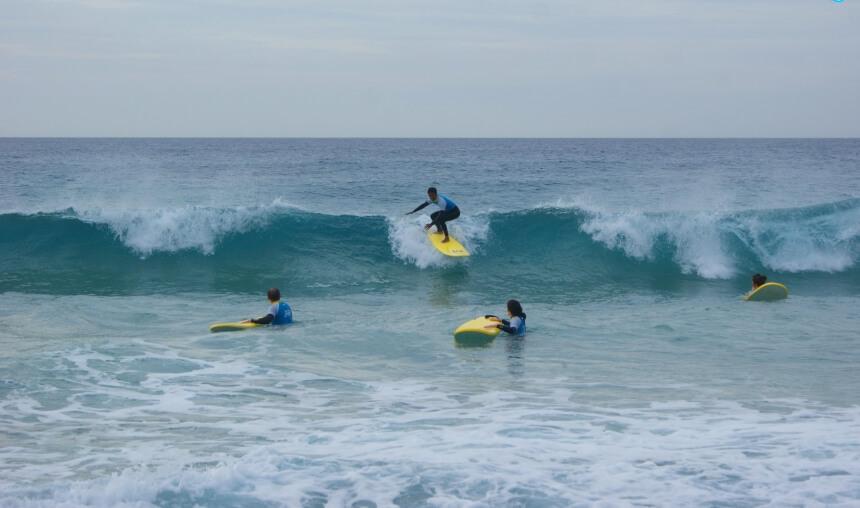 Surfcamp Fuerteventura mit Surftraining in grünen Wellen_Aloha Surf Academy