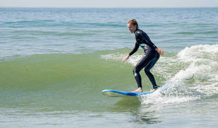 Surfkurs mit grüner Welle bei Summersurf in Frankreich