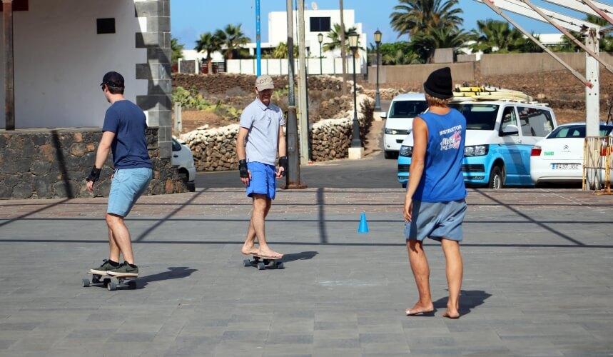Techniktraining mit Surf Skates bei der Aloha Surf Academy Surfschule Fuerteventura