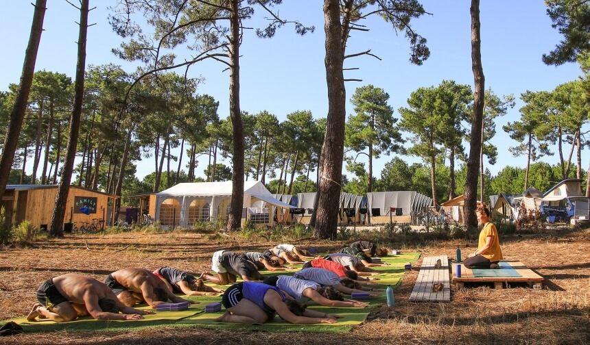 Yogakurs im Pinienwald von Montalivet