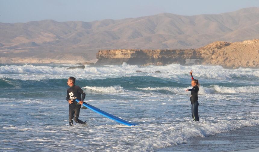 Ralf und Frida vom Nalusurf Surfcamp Fuerteventura am playa de La Pared