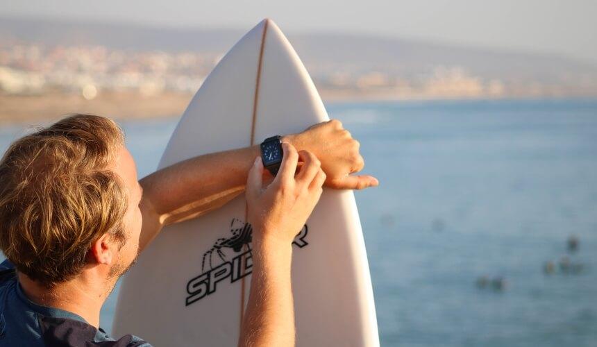 Der Surfnomade schraubt an der Tide Watch