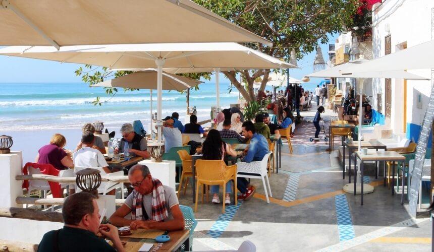 Die Strandpromenade von Taghazout in Marokko verströmt einen mediterranen Viibe