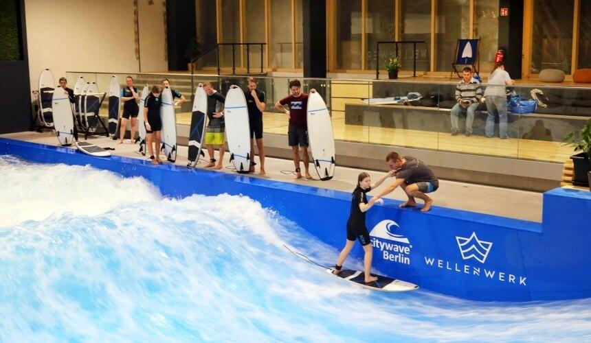 Anfänger auf der Berliner Welle können zwischen einer Surfsession und einem Surfkurs wählen