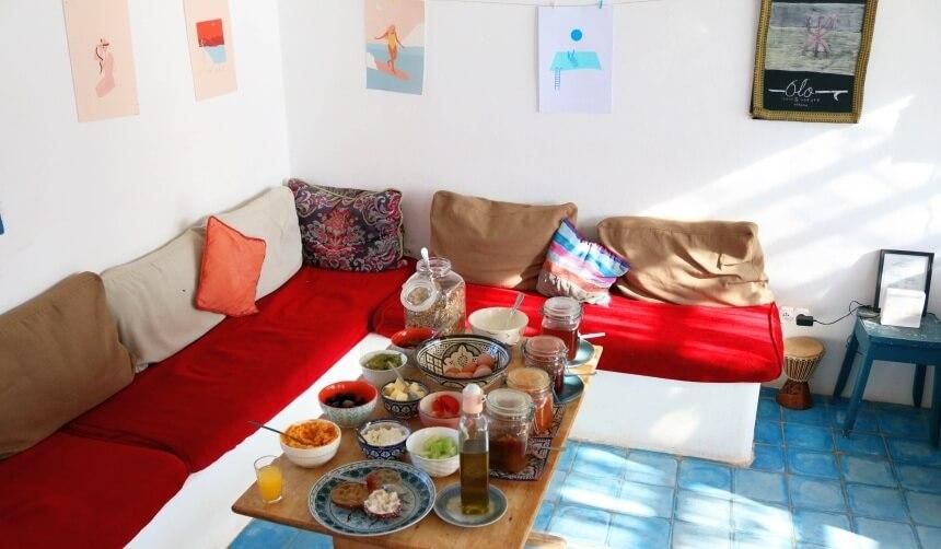 Frühstücksbuffet und Surfkunst in der Tayourt Lodge in Imsouane