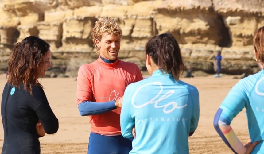 Headcoach Chris aus Australien im Gespräch mit den Teilnehmern vom Intermediates Surfkurs in Imsouane