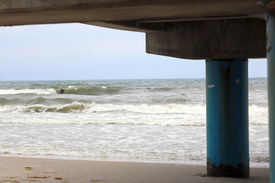 Der Surfnomade beim Wellenreiten an der Ostsee