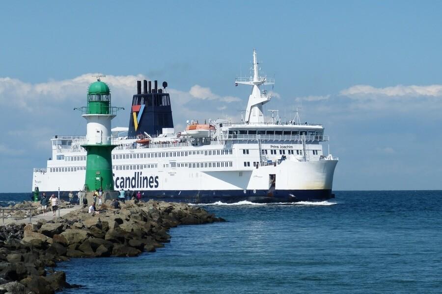 Die Scandlines Fähre bei der Einfahrt in den Hafen von Warnemünde - Fährwelle