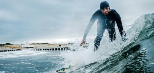 Wellenreiter am Strand von Wustrow