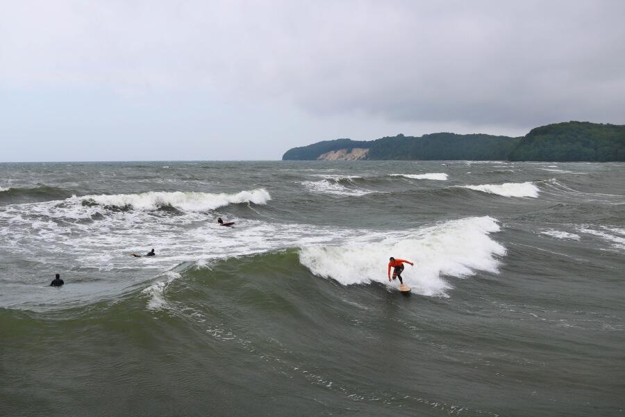 Ostsee surfen - der Surfspot von Binz ist ein Hotspot für Wellenreiter