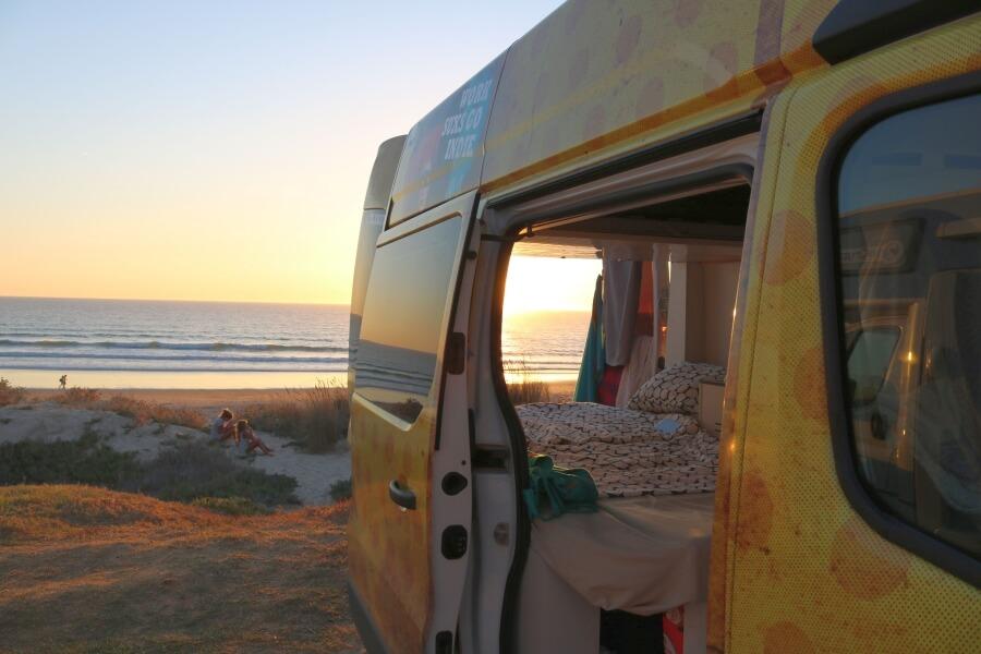 Camper Ausbau - die meisten Surfer stehen gerne direkt am Surfspot