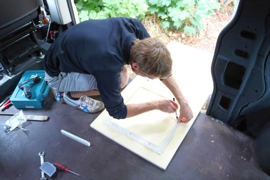 Der Einbau der Dachluke in den Camper kann auch selber gemacht werden