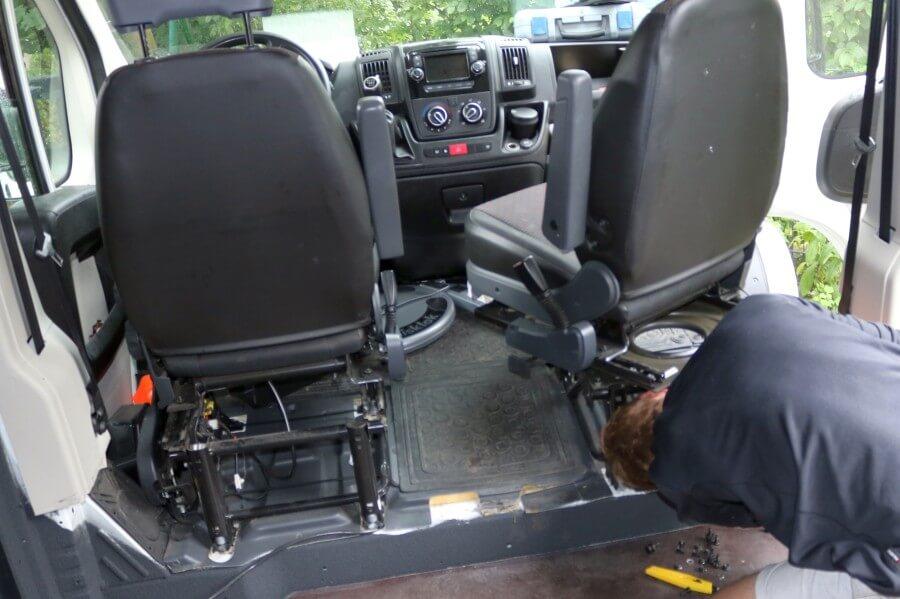 Drehkonsolen im Fahrer-oder Beifahrersitz können das Raumgefühl im Camper deutlich verbessern