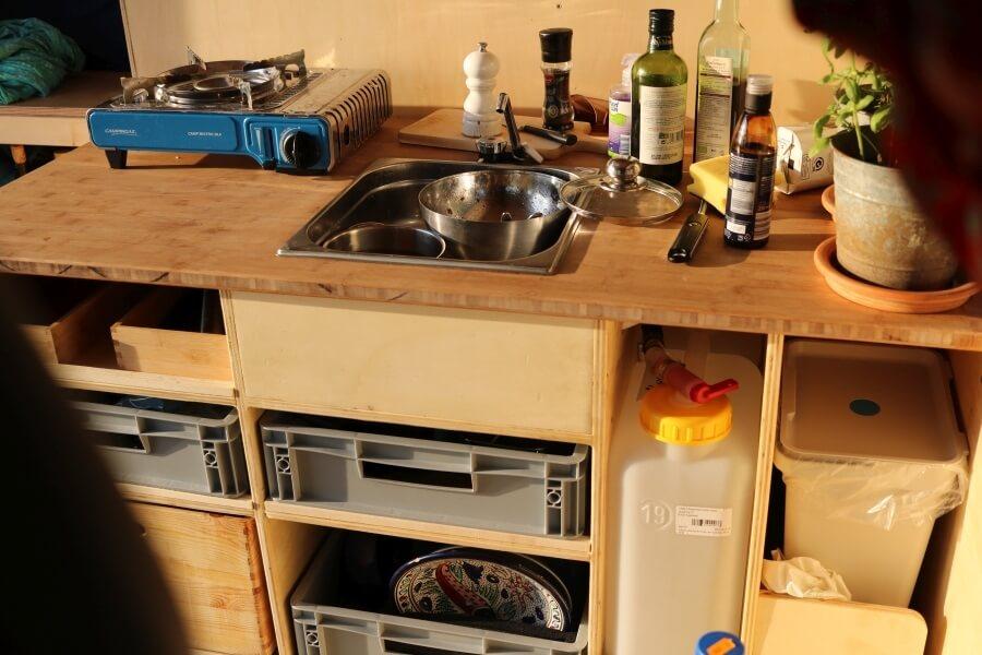 Frisch- und Abwassertank in der Camper Küche