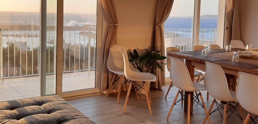 Blick auf die Wellen vom Wohnzimmer im Buggerru Surfcamp