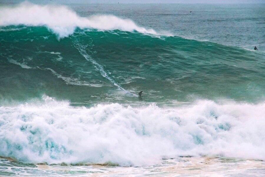 Das wahre Ausmaß der Nazare Wellen ist oft nur in Relation zu den winzig erscheinenden Big Wave Surfern erkennbar