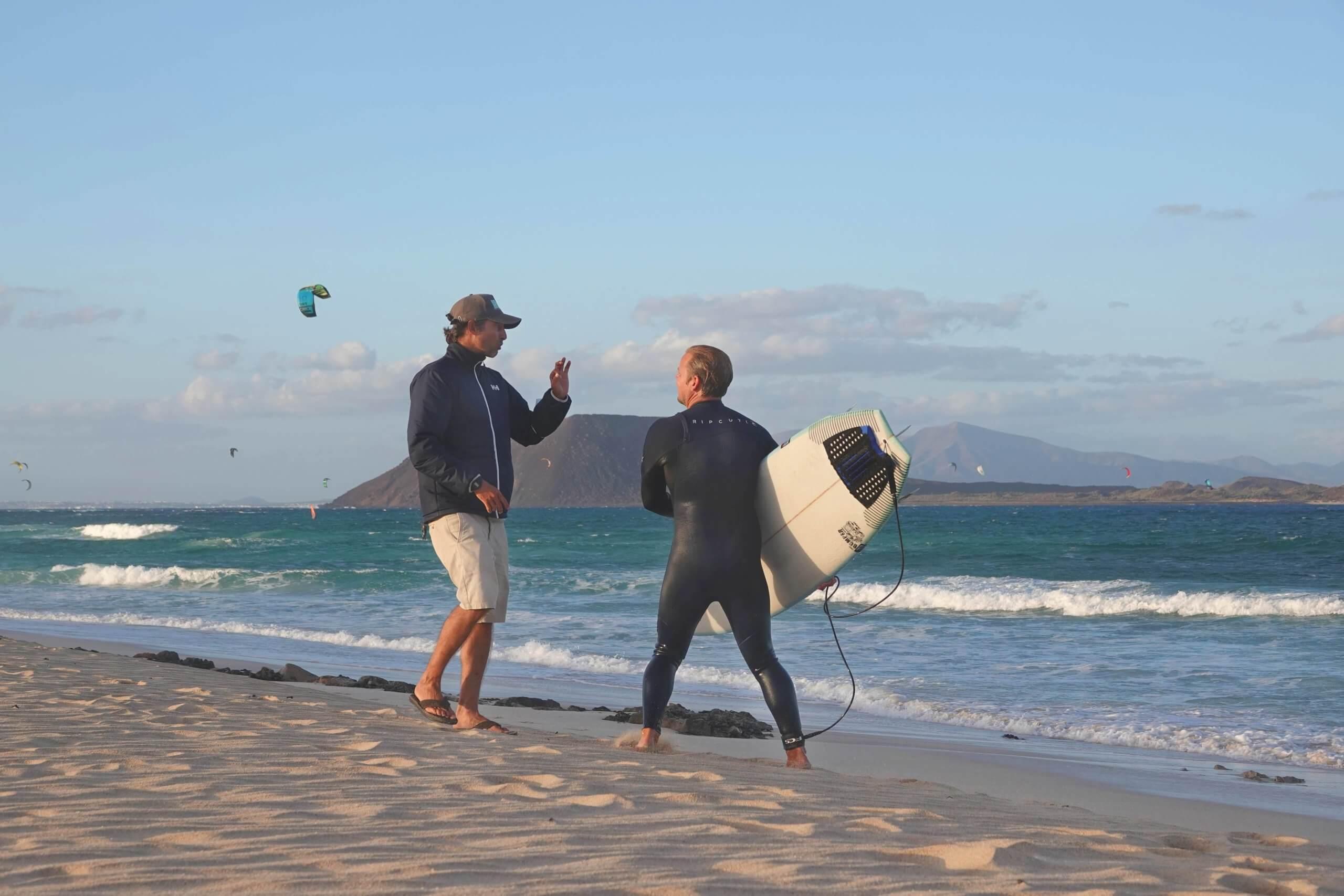 Surf Coach Jona gibt Feedbak