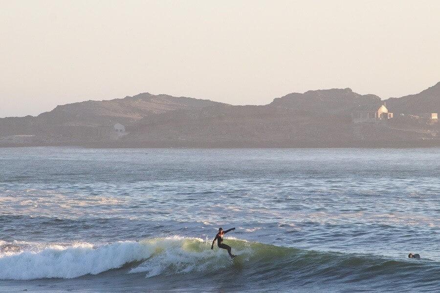 Abenteuer-pur-Surfen-im-Diamanten-Sperrgebiet-im-suedlichen-Namibia